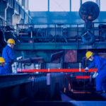 Interior de fábrica. Imagem representa evitar desperdício na produção industrial.