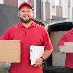 Dois entregadores com caixas nas mãos. Imagem simboliza a rastreabilidade de itens nas indústrias.